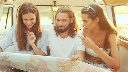 podróżnik : People Using Map Traveling In Summer. Smiling Happy Young Friends Using Map, Enjoying Weekend. Man And Women Having Fun In Car. Travel And Tourism. Wideo