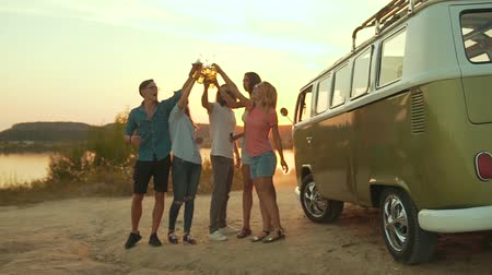 автобус : Young Friends Dancing And Drinking In Nature. Beautiful Happy People With Drinks Having Fun On Weekend In Summer. Friends Enjoying Outdoor Party Near Retro Bus.