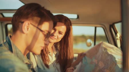 автобус : Couple Travel With Map In Car In Summer. Happy Smiling Young People Using Map, Traveling On Summer Vacations. Handsome Man And Beautiful Woman Having Trip. Стоковые видеозаписи