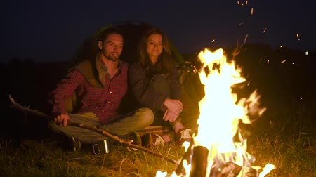 sátor : Romantic Weekend. Couple In Love Near Camping And Bonfire Hugging And Resting On Vacation Outdoors. Stock mozgókép