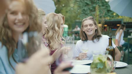 тост : Friends With Drinks At Dinner Party, Enjoying Barbecue Party With Healthy Food On Table Outdoors.
