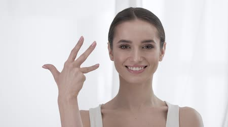 пять : Attractive Woman Counting To Five On Fingers