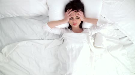 bolest hlavy : Woman Waking Up With Headache In Bed