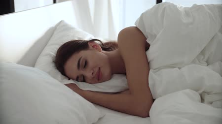 colchão : Sleep. Woman Sleeping In Bed With White Bedding At Light Bedroom