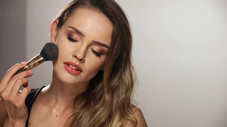 moda : Face Makeup. Smiling Woman Applying Powder On Skin