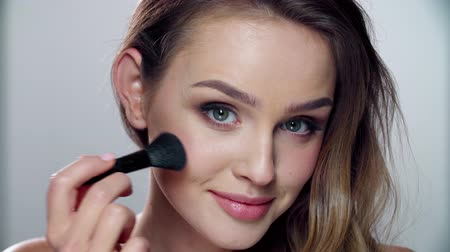 vurgulayıcı : Woman With Beauty Face Applying Makeup Blush With Brush