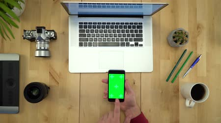 нетбук : Flat Lay Of Man Hands Using Phone With Green Screen At Workplace