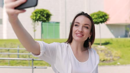 bate papo : Woman With Phone Recording Vlog Or Making Video Call On Street Stock Footage