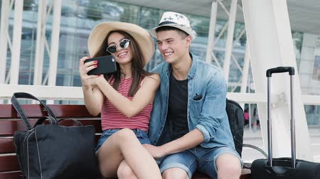 moço : Couple Traveling, Making Photo On Phone Near Airport