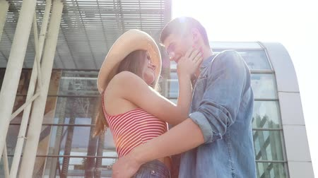 metáfora : Couple In Love Meeting At Airport, Hugging And Kissing Stock Footage