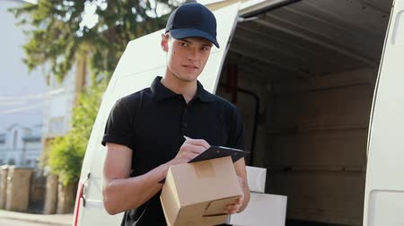 listonosz : Delivery Service. Courier Box With Hands In Box
