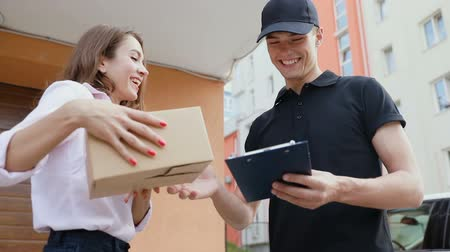 listonosz : Delivery Service. Client Receiving Package Wideo