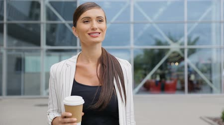 bagagem : Business Woman With Coffee And Suitcase Walking Near Airport Vídeos
