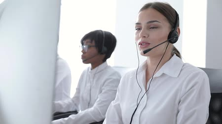 garniture : Call Center Agents Consulting Clients On Hotline At Office. Woman Operator In Headset Working At Support On Computer