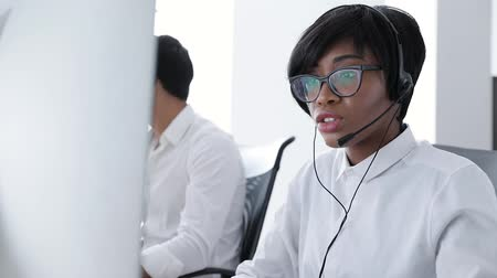kontakt : People Work At Contact Center. Woman In Headset Working At Customer Service. Operators At Workplace At Call Center