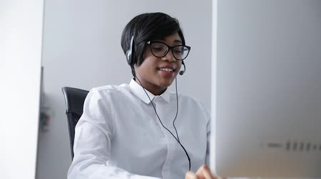 komputer : Customer Support. Afro-American Woman Working In Call Center, Serving Clients On Hotline Wideo