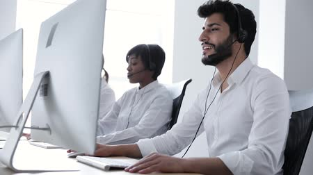 garniture : Call Center Operator. Man In Headset Working At Contact Center. People Working At Customer Support Stock Footage