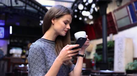 kafeterya : Woman With Phone At Cafe Drinking Coffee. Girl With Smartphone At Restaurant