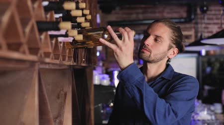 zvyk : Wine Restaurant. Handsome Man Choosing Wine Bottle On Shelf Dostupné videozáznamy