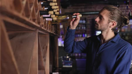 аперитив : Wine Restaurant. Handsome Man Choosing Wine Bottle On Shelf Стоковые видеозаписи