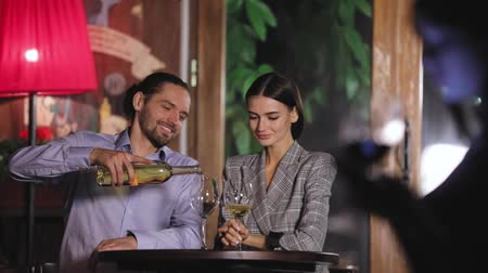 аперитив : Beautiful Couple Drinking Wine At Restaurant
