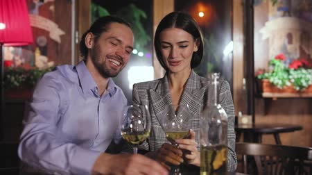 vacsora : Beautiful Couple Drinking Wine At Restaurant