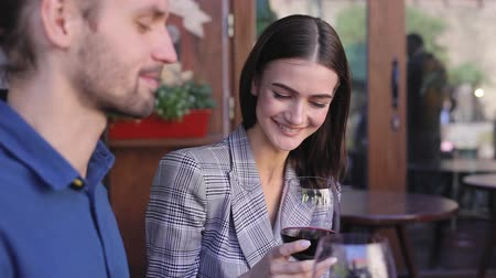 аперитив : Couple Drinking Wine On Date At Restaurant