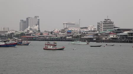 stare miasto : Old colorful fishing boats in a bay in Thailand on a cloudy nasty day. Asian town - harbor with many houses Wideo