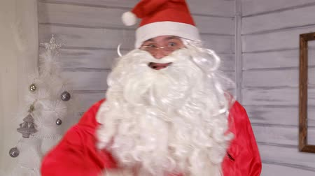 ameaças : santa signs to the camera