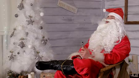ameaças : santa smokes wipe sitting in a chair
