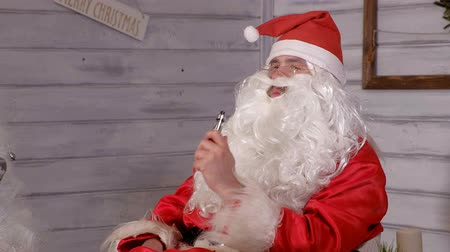 ameaça : santa smokes wipe sitting in a chair