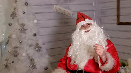 Клаус : Santa shows focus with a magic ball