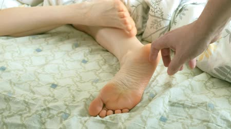 ленивый : A loving husband wakes up his wife, funny tickles her feet Стоковые видеозаписи