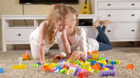 construtor : Happy mother playing with her daughter in the designer