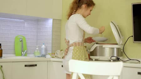 восхищенный : Mother and daughter having breakfast in kitchen Стоковые видеозаписи