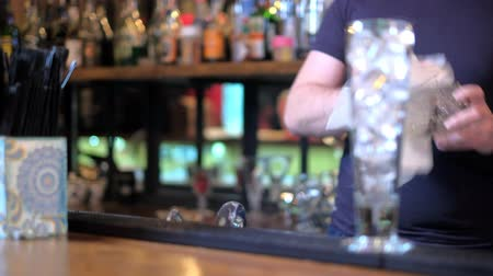 паб : Expert barman is making cocktail at bar