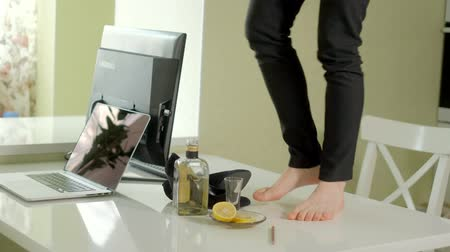 bêbado : A drunk business woman dances on a table, on a table computers and a bottle of alcagol Stock Footage