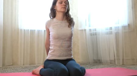 fazendo : Woman of yoga at home. Meditation. The concept of fitness, sports, training and lifestyle.