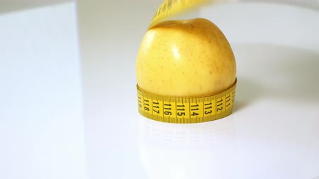 gênero alimentício : Green apples measured the meter on a white