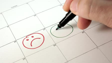 planejador : Sign the day in the calendar with a pen, draw a smile