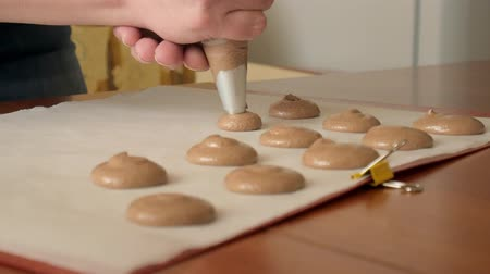 kaplanmış : Chef make of a macaron between which is a cream. Cook makes beautiful desserts with their own hands. Stok Video