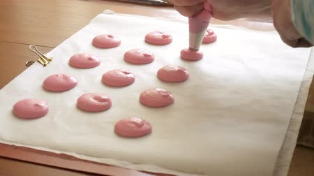 miktar : Chef make of a macaron between which is a cream. Cook makes beautiful desserts with their own hands. Stok Video