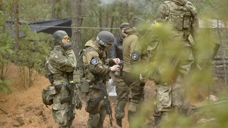 bosques : Soldiers in camouflage with combat weapons make their way outside the forest, with the aim of capturing it, the military concept Vídeos