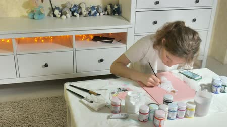 affect : Woman paint with colored brush. Games with children affect the development of early children. Stock Footage