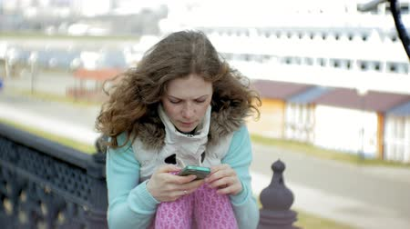 ancorado : Woman relaxing in the port with cruise ships in the background Stock Footage