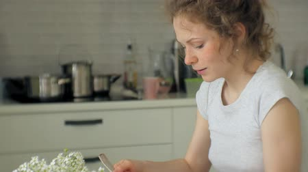 пармезан : a beautiful young woman eating chicken parmesan pasta at home kitchen Стоковые видеозаписи