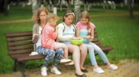 cesta : Funny children girl eating strawberries in park