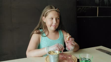 беспорядок : fat girl eagerly eating a hamburger, concept of a healthy diet