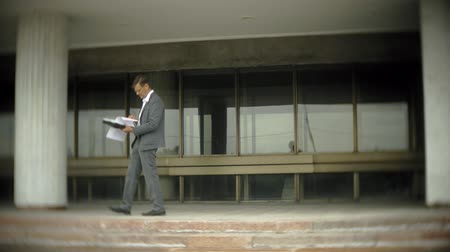 kanarya : Businessman in the city. He wears a suit and briefcase. He looks through documents and talks on the smartphone