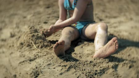замок : baby girl playing on the beach with sand Стоковые видеозаписи